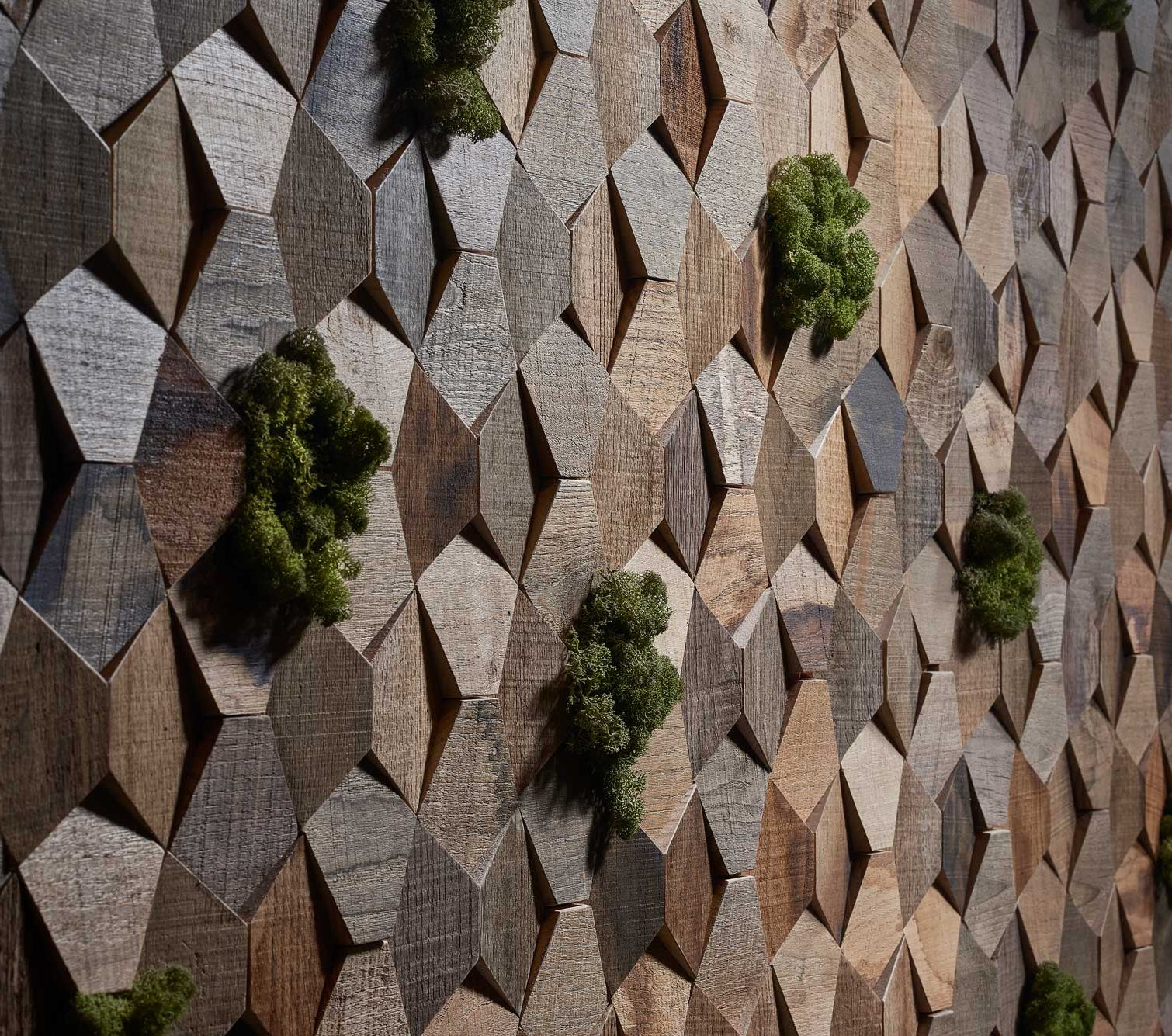 wandgeastaltung-wandpaneele-aus-recyceltem-kastanienholz-3