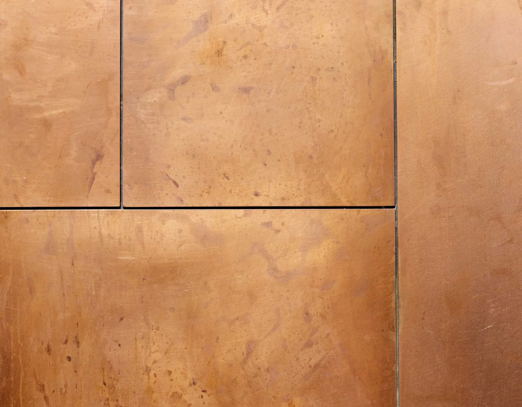 wandpaneele-metall-kupfer-oxidiert-mit-patina-plattenbau-g