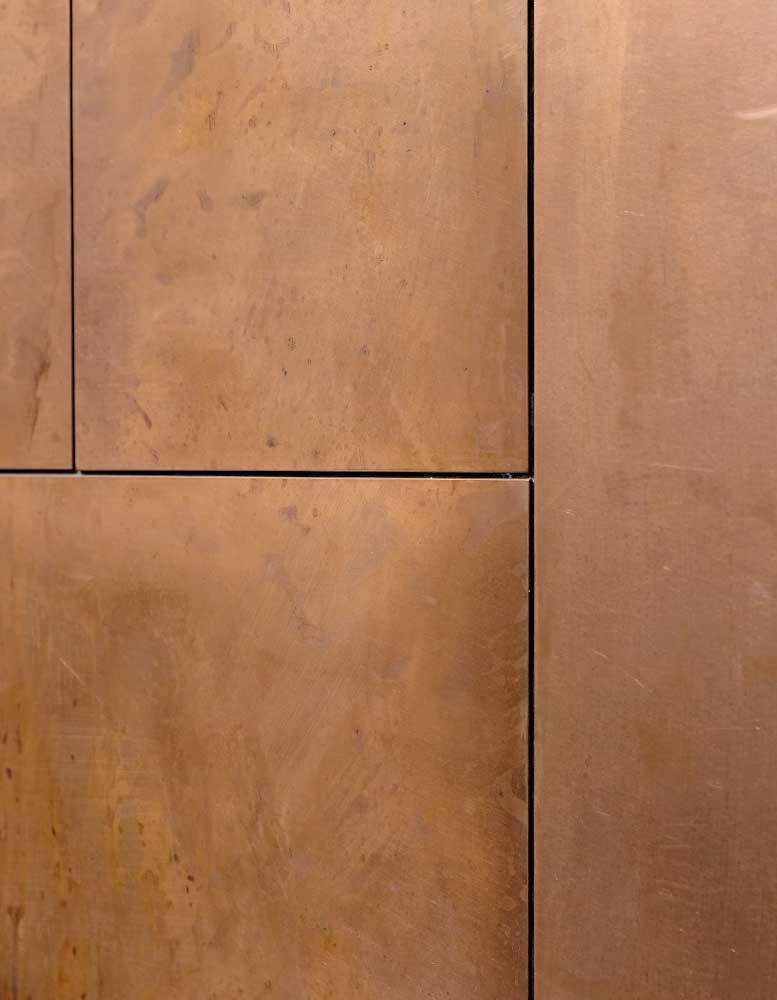 wandpaneele-metall-kupfer-oxidiert-mit-patina-plattenbau-s