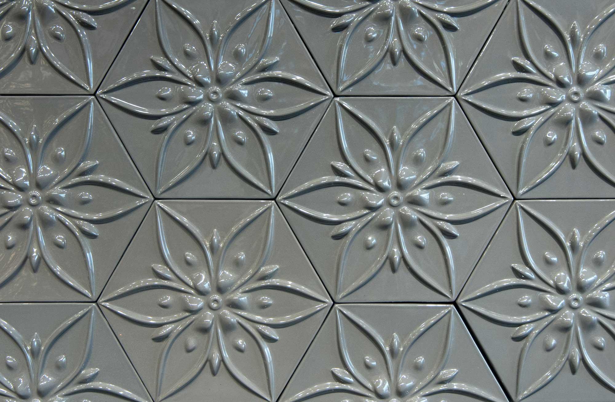 keramik-wandpaneele-wandfliesen-grau-mokka-flowers