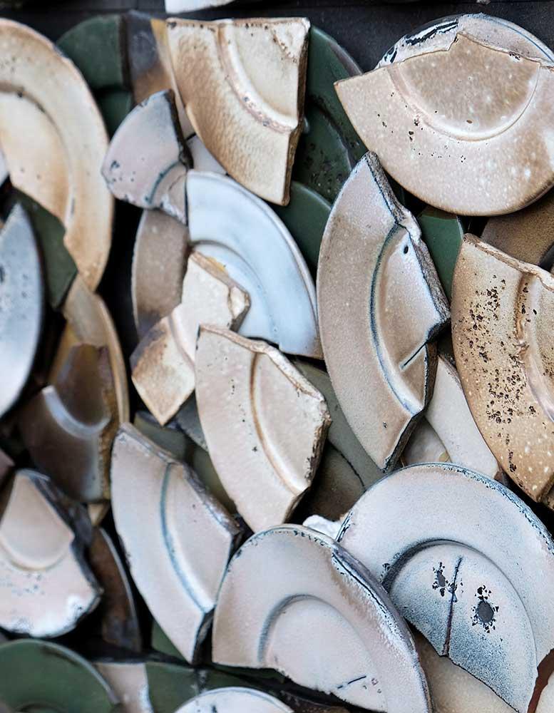 keramik-wandpaneele-zerschlagne-teller-schaerbenglueck-seitlich