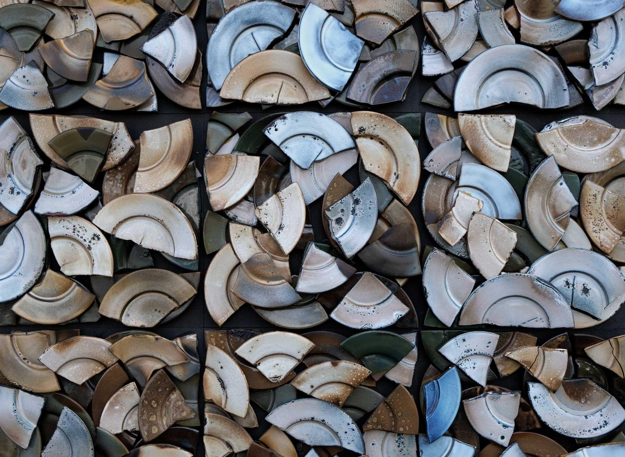 keramik-wandpaneele-zerschlagne-teller-schaerbenglueck