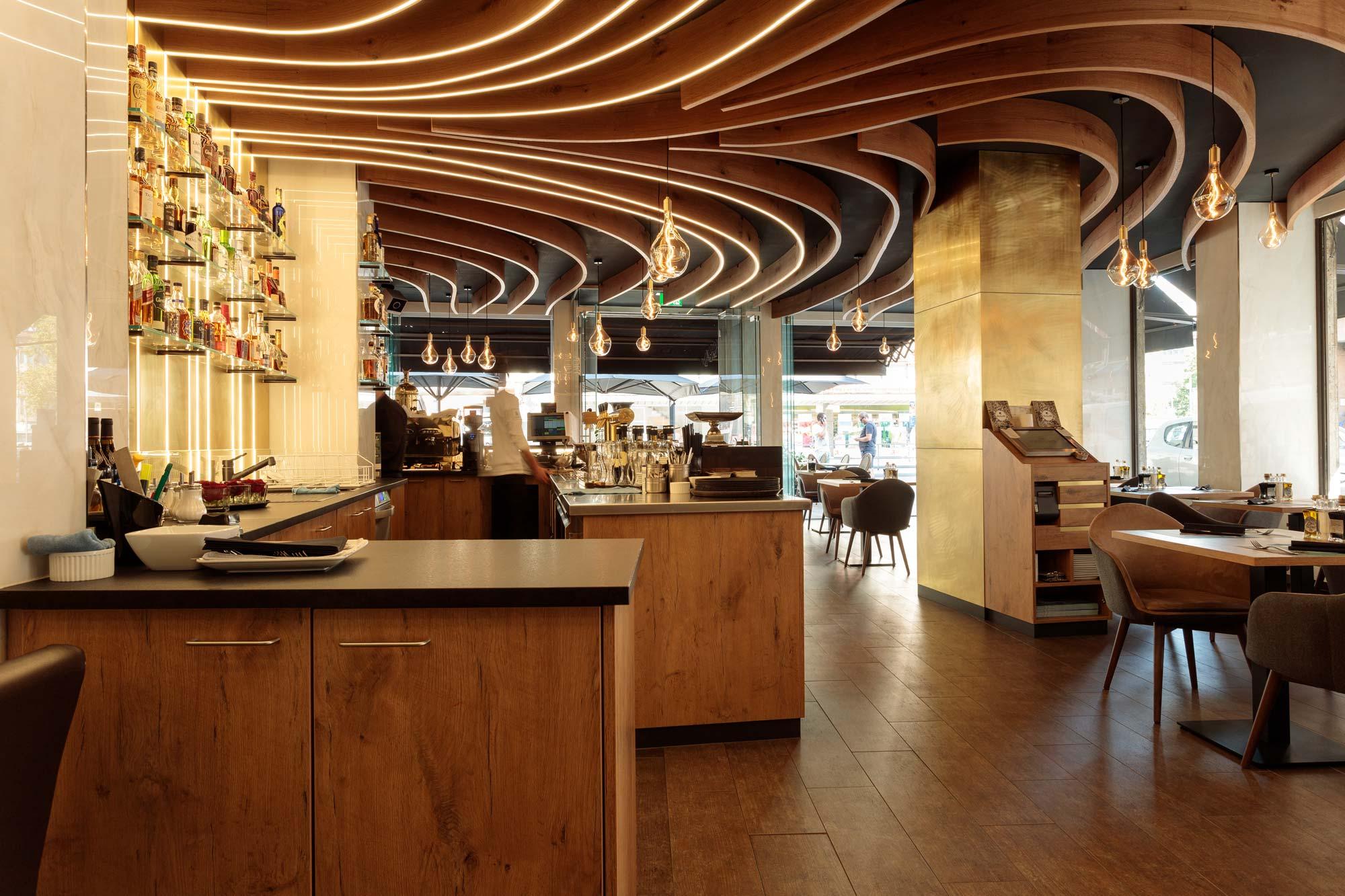 wandgestaltung-restaurant-in-muenchen-wandpaneele-aus-messing
