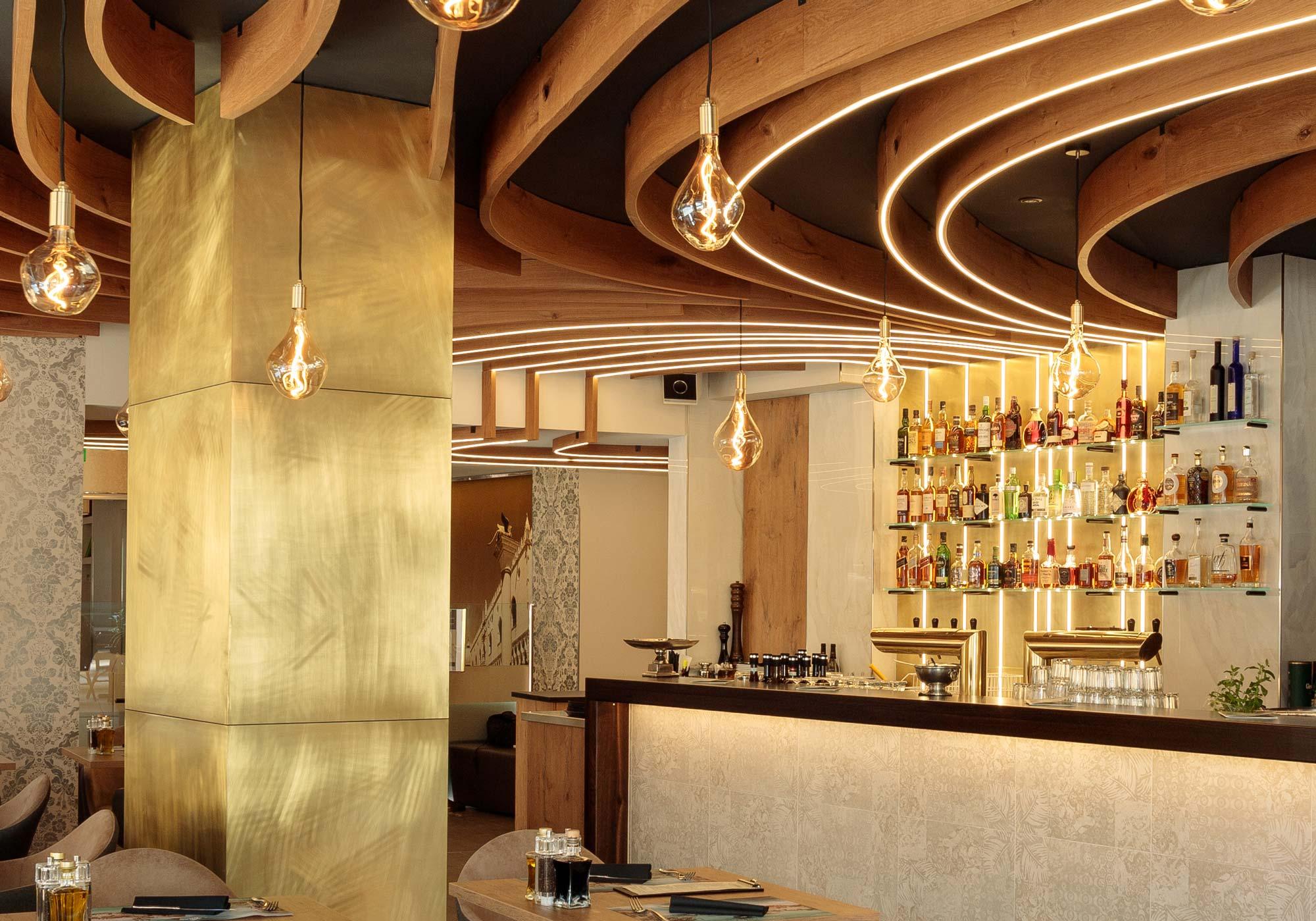 wandgestaltung-restaurant-in-muenchen-wandpaneele-aus-messing-4