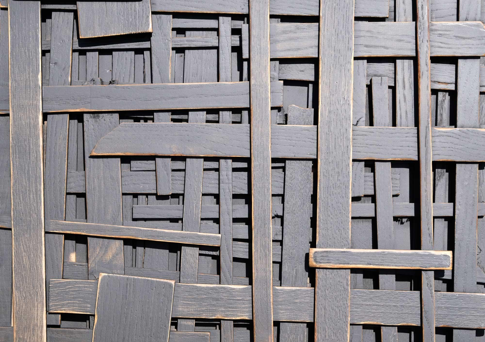 wandpaneele-holz-eukalyptus-lasiert-locked-forever-schwarz