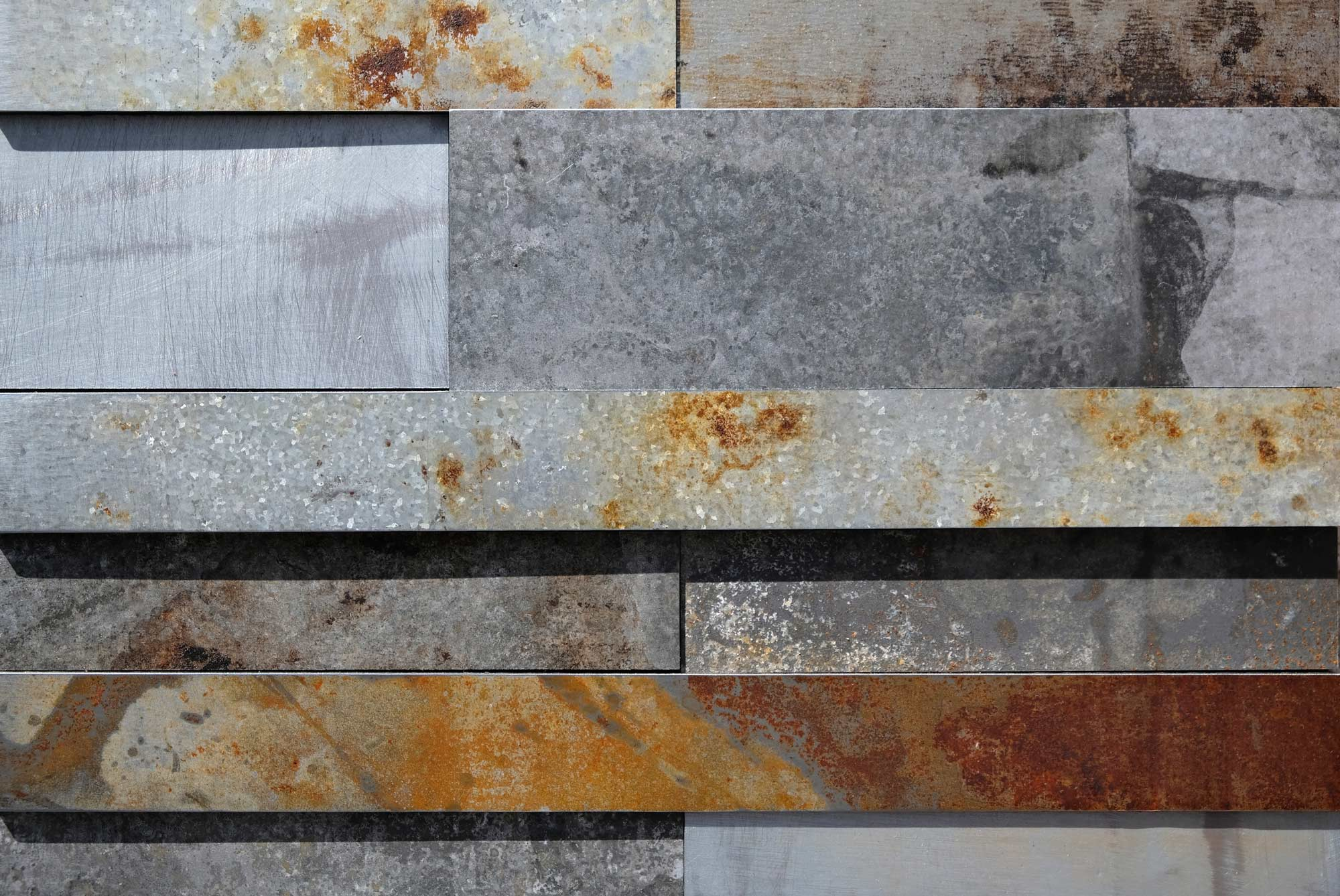 wandpaneele-metall-zink-oxidiert-gut-gezinkt-silber-rost