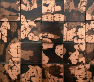 wandpaneele-metall-kupfer-oxidiert-quadrat-getwitter