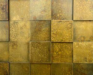 wandpaneele-metall-messing-oxidiert-quadrat-verwittert