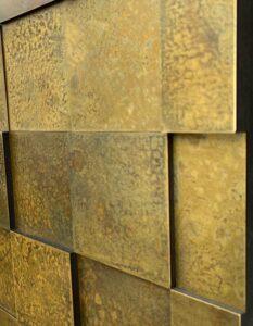 wandpaneele-metall-messing-oxidiert-quadrat-verwittert-seitlich