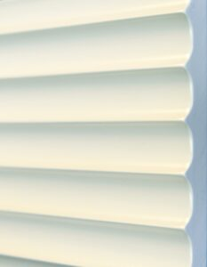 wandpaneele-3d-texturiert-weiss-lackiert-klare-kante-seitlich