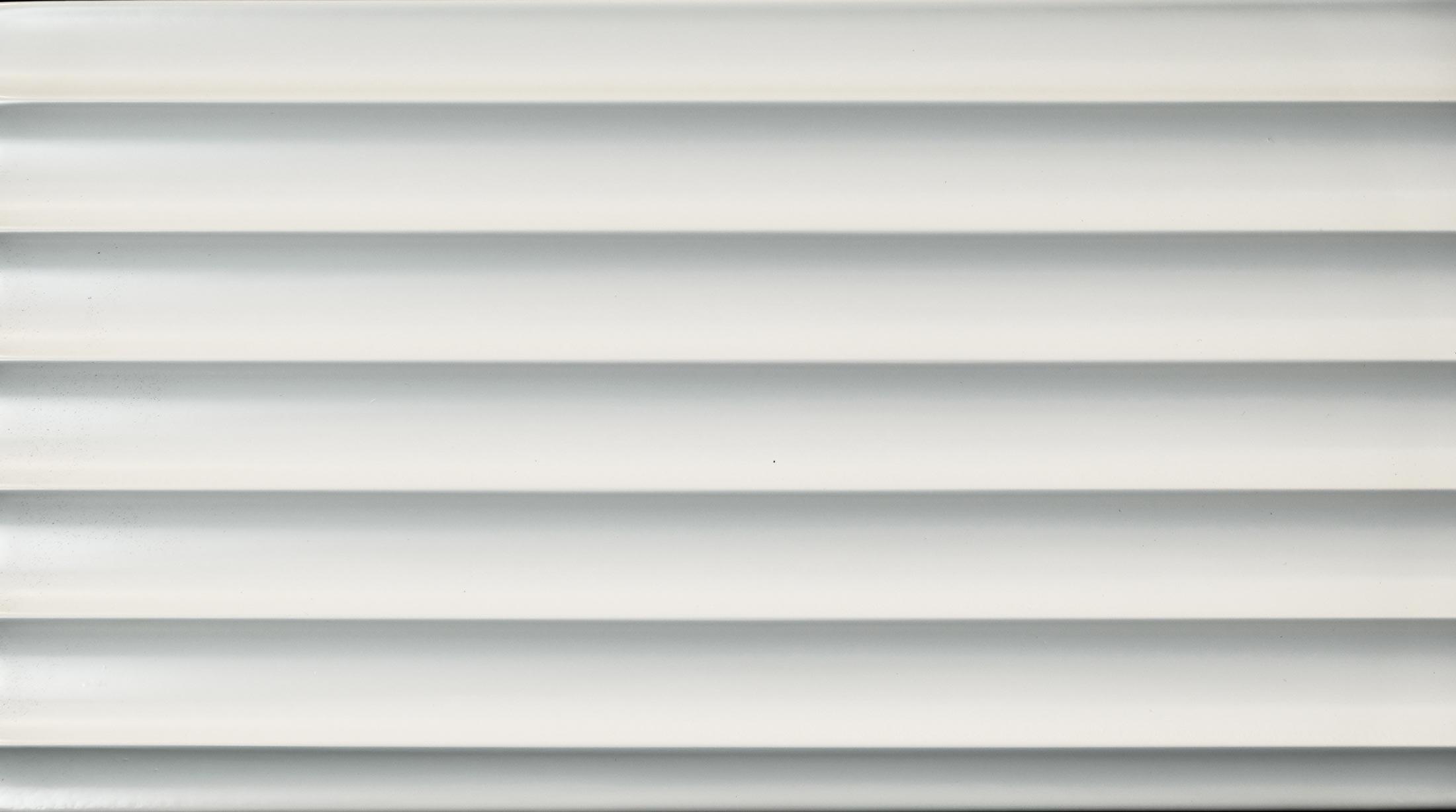 wandpaneele-3d-texturiert-weiss-lackiert-klare-kante