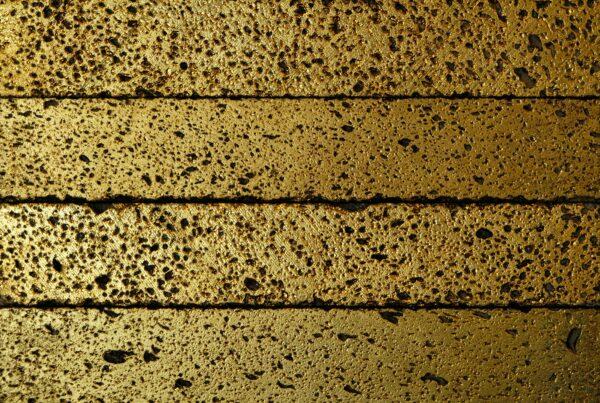 wandpaneele-keramik-lavastein-mit-blattgold-saturn-rock