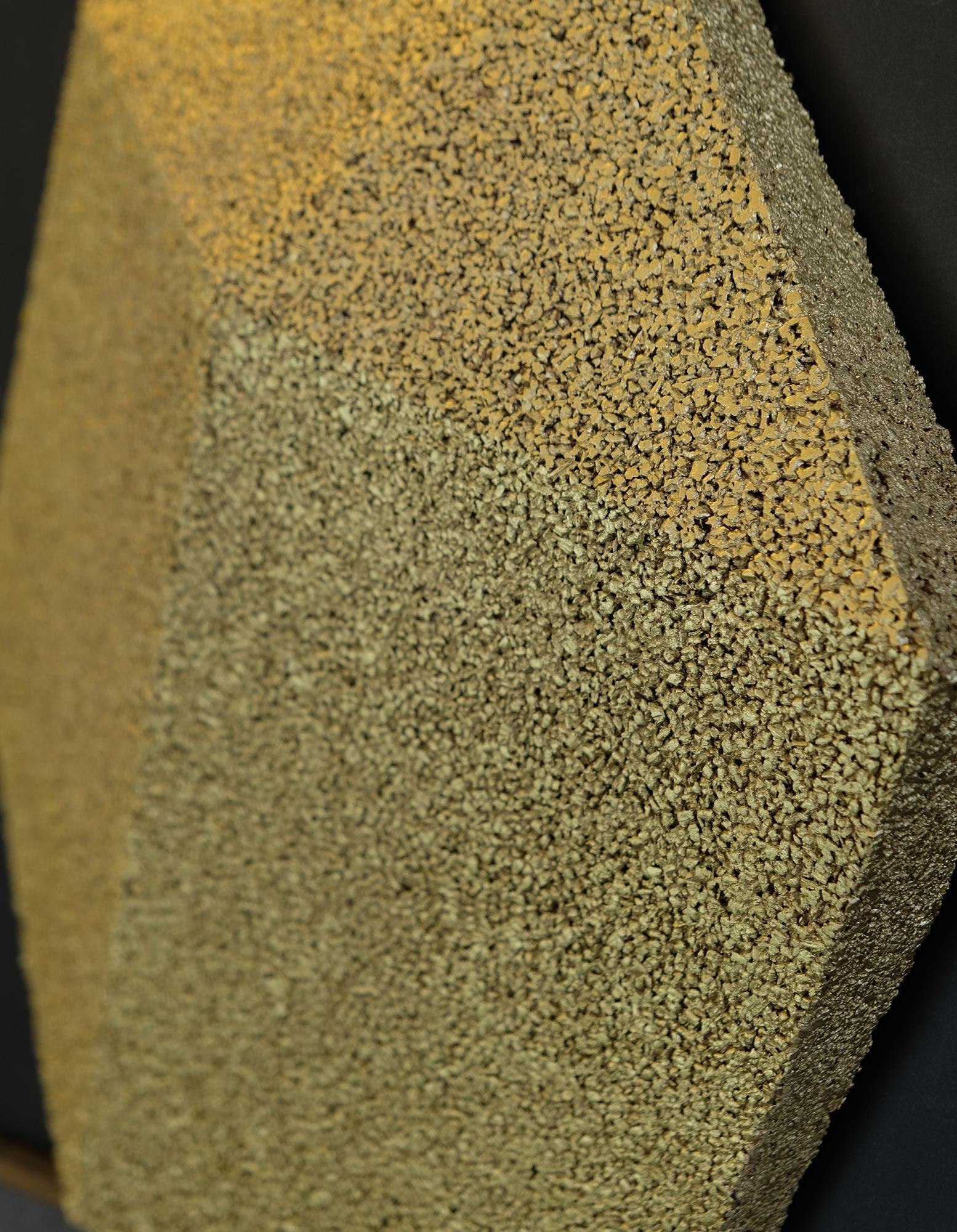 wandpaneele-kork-gold-lackiert-hexagon-kork-seitlich