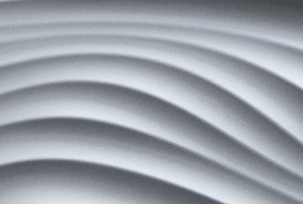 3d-wandpaneele-mdf-texturiert-silber-lackiert-kurvenkick